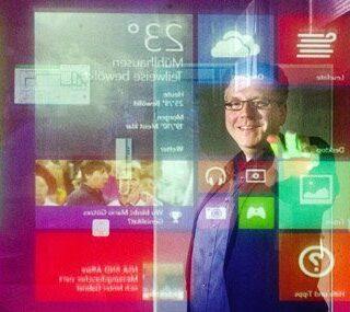 Joerg Martin am Interaktiven Schaufenster
