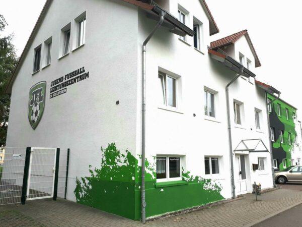 Neue Fassade im Corporate Design für das Jugend-Fußball-Leistungszentrum