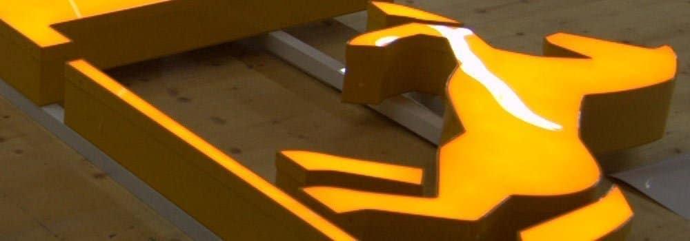 Leuchtwerbung montieren wir auch in 30 m Höhe - hier für Continental Contitech