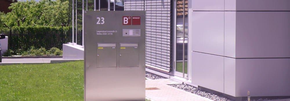 Berghof Außenpylon mit Briefkasten und Klingel