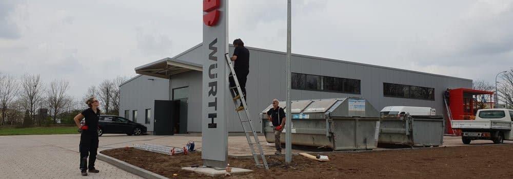 Montage der Pylone und Leuchtwerbung für Würth Mühlhausen