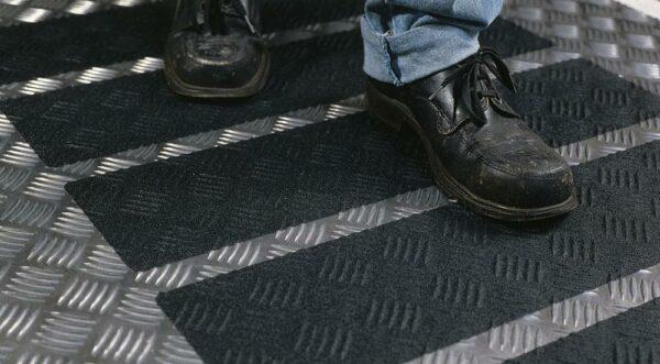3M Safety-Walk Antirutschbelag, Typ 2 Verformbar, schwarz, 50 mm x 18,3 m